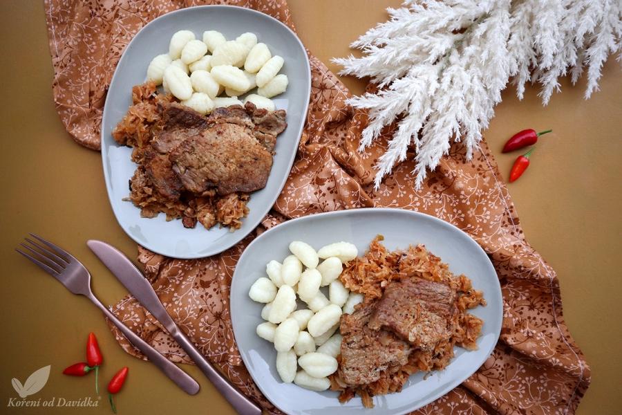 Krkovička pečená na kyslej kapuste so zemiakovými nokmi