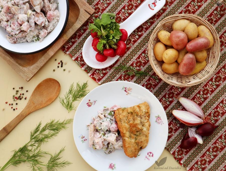 Vyprážaný sumec a maďarský zemiakový šalát s reďkovkami