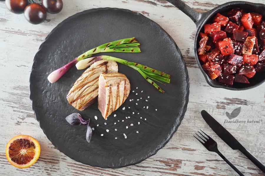 Steak z tuniaka na Hráškovom korení so šalátom Caribic