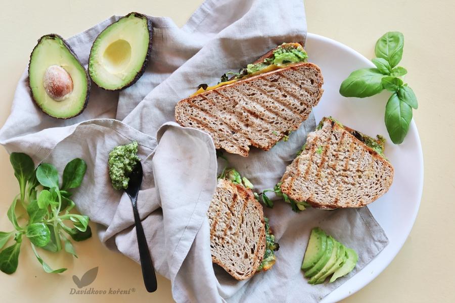 Zapečený chleba s avokádem a konopným pestem