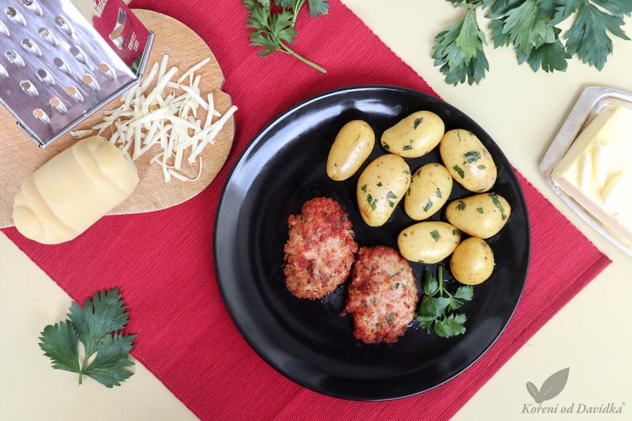 Slovenský rezeň s údeným oštiepkom a varenými zemiakmi