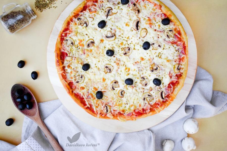 Domácí pizza se šunkou a žampiony
