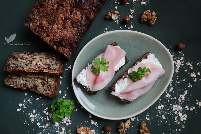 Bezlepkový chlieb so sušenou cibuľkou