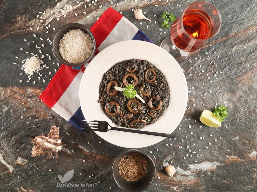 Čierne rizotto s kalamármi, citrónovým korením a chorvátskym syrom Paški