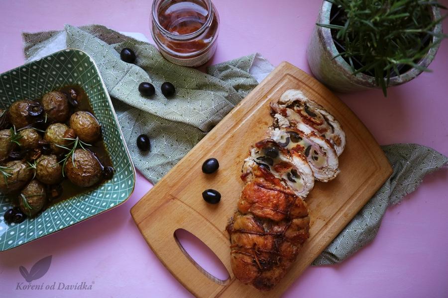 Roláda so sušenými paradajkami, mozzarellou a olivami